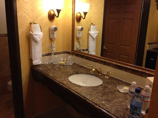 Ayres Hotel Seal Beach: sink with separate toilet/bath area