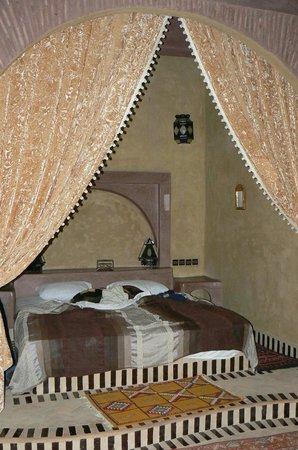 Guest House Merzouga : Un des lits 1001 nuits de la suite