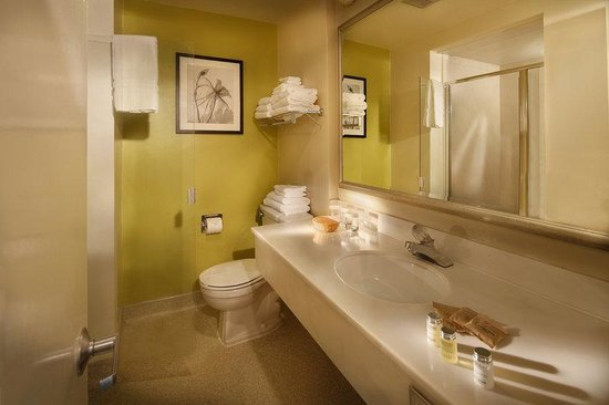 The Wharf Inn: Bath in standard rooms