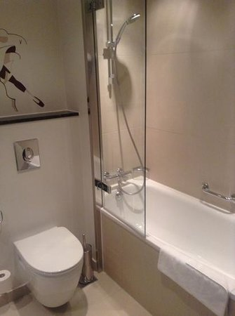 Tivoli Hotel: bathroom-very clean
