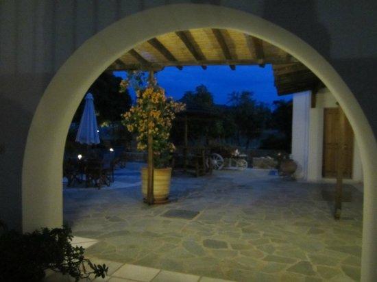 Siroco's Rooms and Studios: el patio de noche