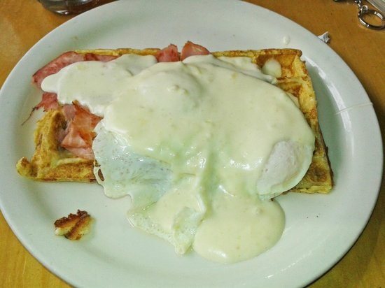 Peach Cafe: Eggs Benedict over waffle