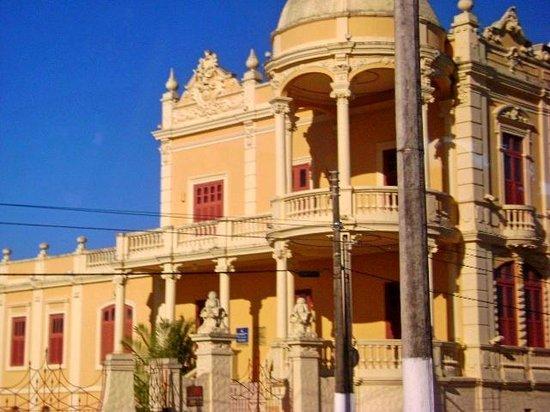 Museu Théo Brandão de Antropologia e Folclore: Vista lateral do museu a partir da avenida da Paz