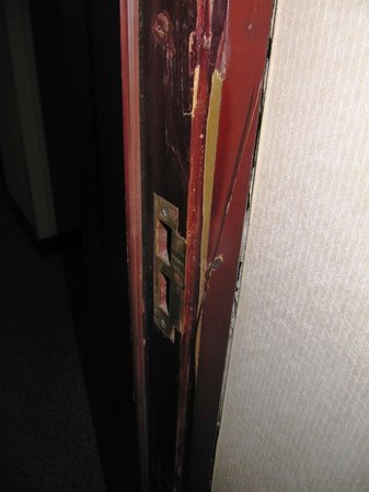 Landmark Towers Hotel: Damaged door