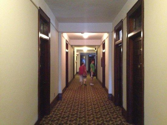 The Lowe Hotel: Hallway