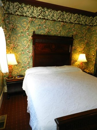 Martine Inn: Mahogany Room - King Bed Room with Fireplace