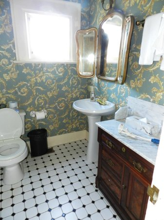 Martine Inn: Mahagony Room bathroom