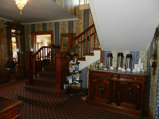 Martine Inn: Entry hall