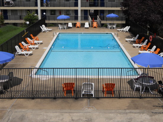 Days Inn Towson: Outdoor Olympic Size Pool