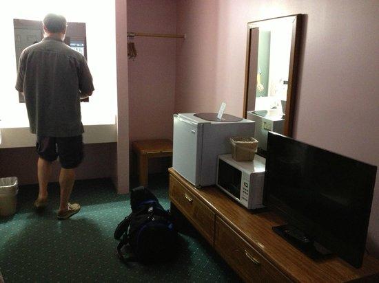 Rainbow Motel : interior frig, microwave, nice TV