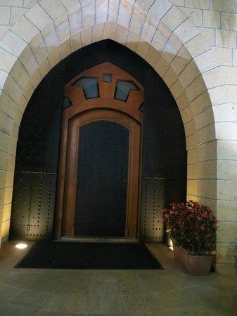 Mounir: Front door