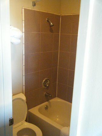Lovers Point Inn: Bathroom 114