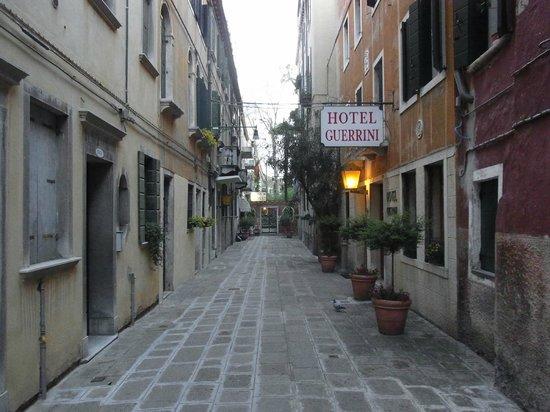 Hotel Rossi: 路地奥に位置するのがホテルロッシ