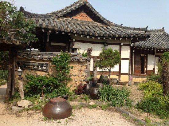 Sa Rang Chae Guesthouse: Hotel and grounds