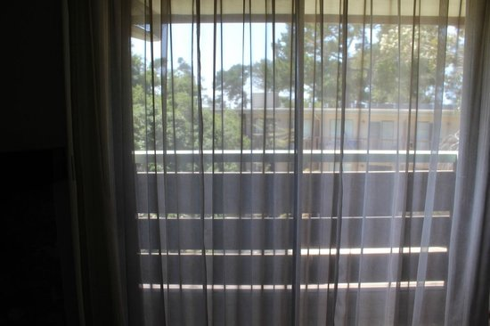 Monarch Resort: Sliding glass door to balcony