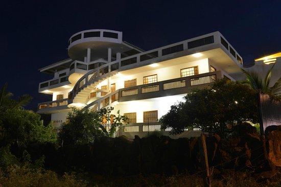 Casa Iguana Mar y Sol: Night view of Casa Iguana de Mar y Sol