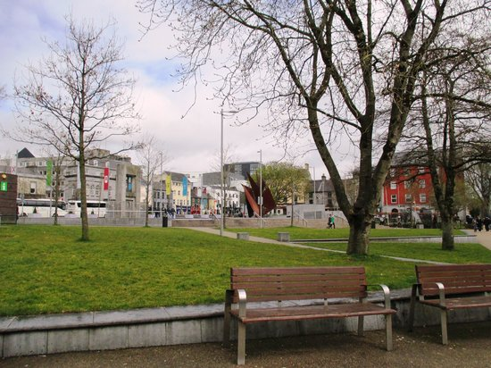 Skeffington Arms Hotel: Eyre Square in April