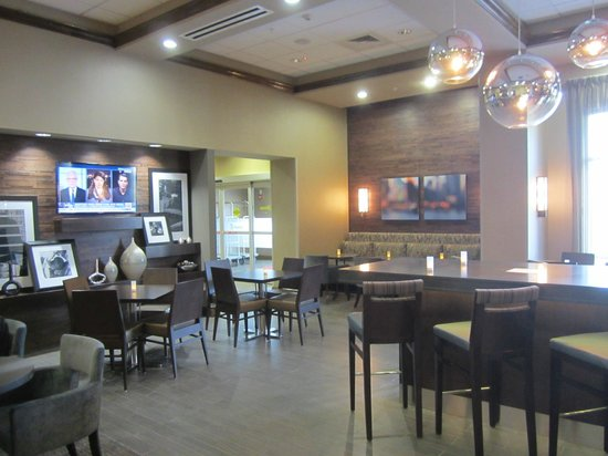 Hampton Inn & Suites Columbia/Southeast-Ft. Jackson: Bright attractive breakfast area