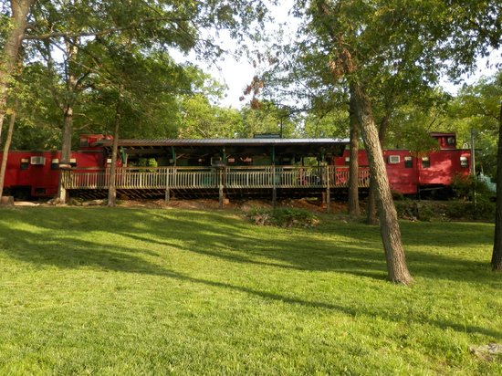 Caboose Junction Resort: Dock by the lake
