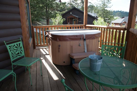 Mary's Lake Lodge Mountain Resort and Condos : Hot tub and outside table
