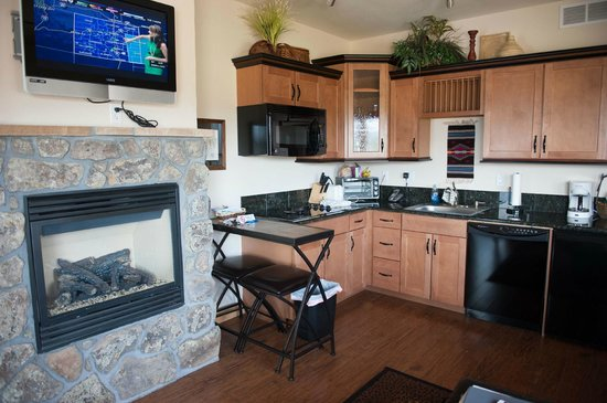 Mary's Lake Lodge Mountain Resort and Condos: Living and kitchen