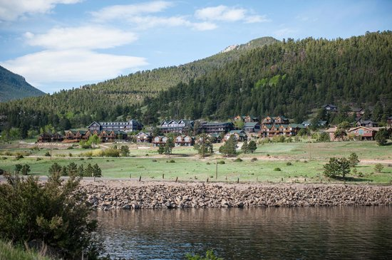 Mary's Lake Lodge Mountain Resort and Condos: Great views from the hotel