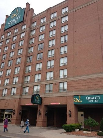 Quality Suites Downtown Windsor: Front of hotel