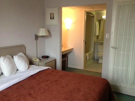 Quality Suites Downtown Windsor: King room, ensuite set up