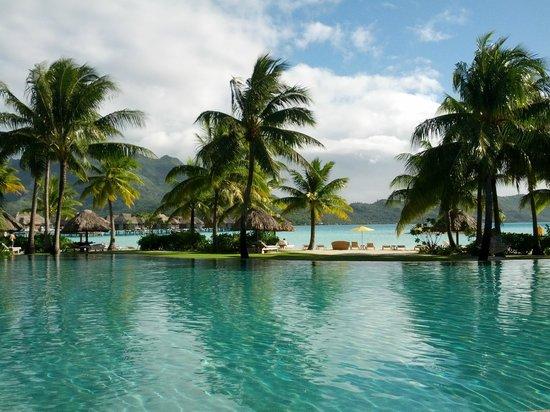 Four Seasons Resort Bora Bora: View from the pool