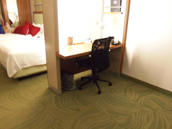 SpringHill Suites by Marriott Sioux Falls: Desk area separated by frosted sliding glass doors