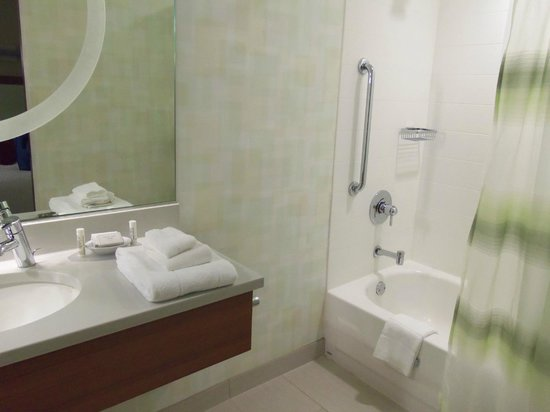 SpringHill Suites Sioux Falls: Roomy bathroom