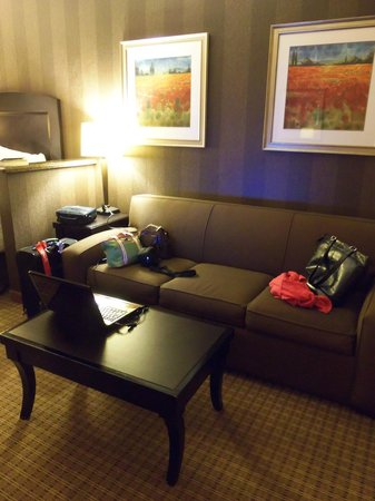 La Quinta Inn & Suites Edgewood / Aberdeen-South: Nice sofa area somewhat divided from the sleeping area