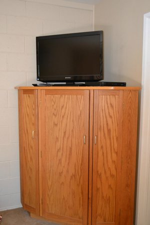 Buckeye Tree Lodge: TV stand.  There are shevles inside, but not big enough for our suitcases.