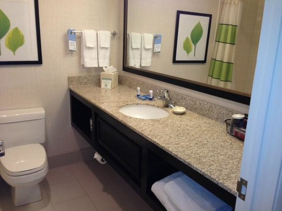 Fairfield Inn Bangor: clean bathroom
