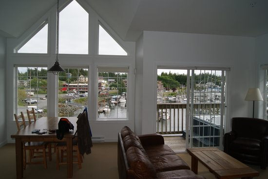 Water's Edge Shoreside Suites: Looking through lounge room to the marina