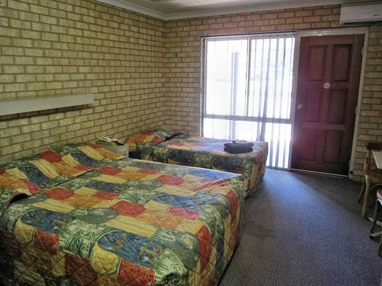 Drakesbrook Hotel Motel : Queen and Single beds