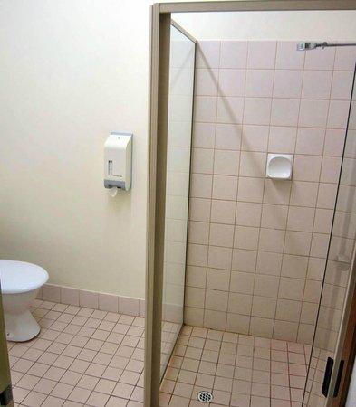 Drakesbrook Hotel Motel : Shower in bathroom