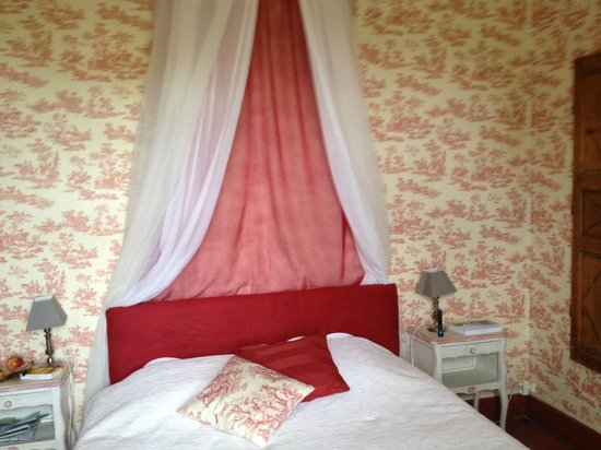 Domaine de Lamartine : Lovely bed.  Comfortable with very nice linens.