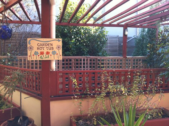 Te Wanaka Lodge : outdoor hot tub