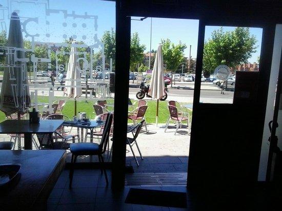 Restauraciones La Cilla S.l: Vista desde el interior del bar