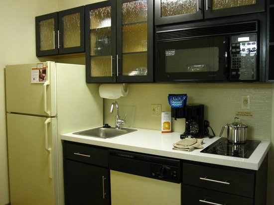 Candlewood Suites Chicago Libertyville: Updated kitchen