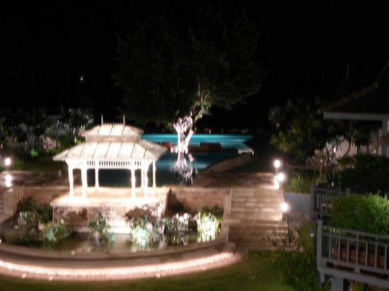 Devasom Hua Hin Resort: Hotel grounds at night