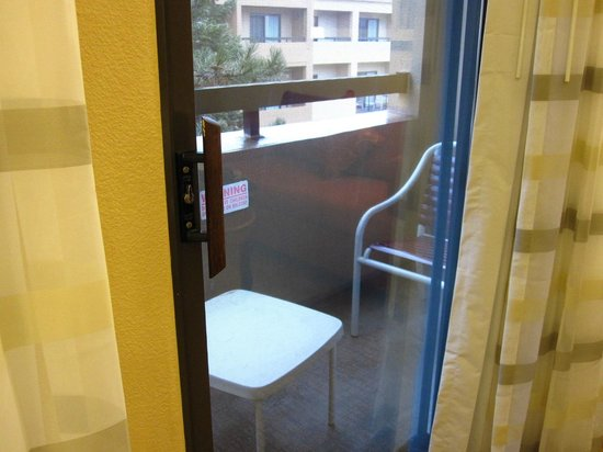 Courtyard Chicago Highland Park/Northbrook: Balcony with a small table and chair