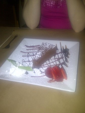 Coppola's Pizzeria Restaurant : OMG! Chocolate cake shared by 2!