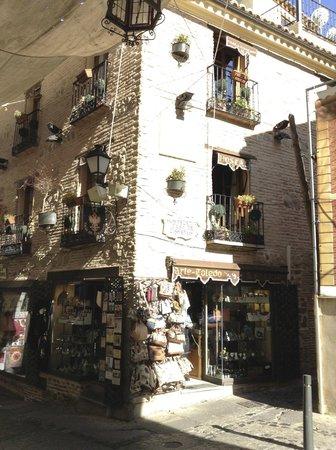 Hostal Casa de Cisneros: Outside view on a sunny day!