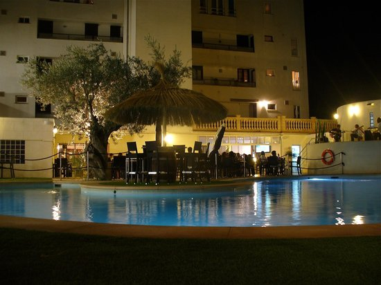 Laguna Restaurant: Evening meal & drinks by the pool