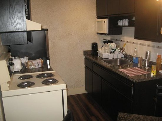 Riviera on Robson Suites Hotel Downtown Vancouver: The kitchenette saves money!
