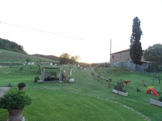 Agriturismo Due Ponti: Grounds near the hotel. View towards the swimming pool (located on the small hill).