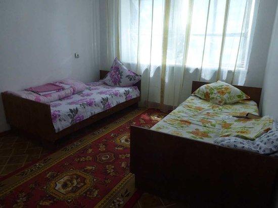 Kazakistan: Hotel Aral - Schlafzimmerfenster mit Alu-Folie verkleidet