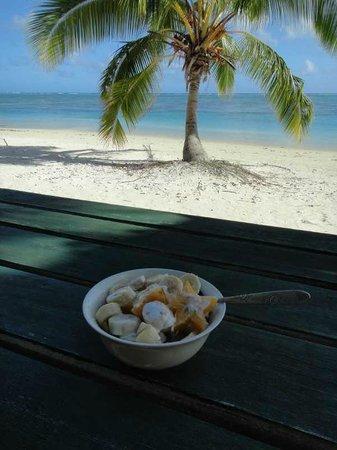 Paradise Cove Lodges: Breakfast on the beach!